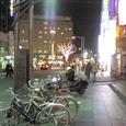 夜の赤羽駅前 by 昨日旅人